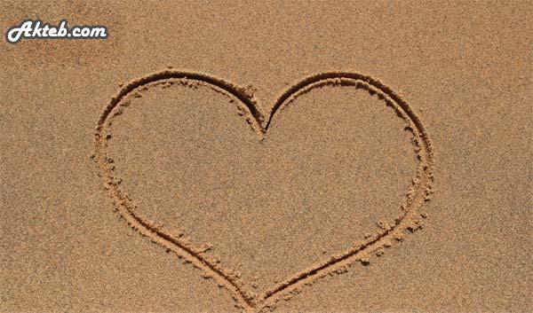 اكتب على الصور صورة قلب كبير على رمال البحر أكتب اسمك على الصور